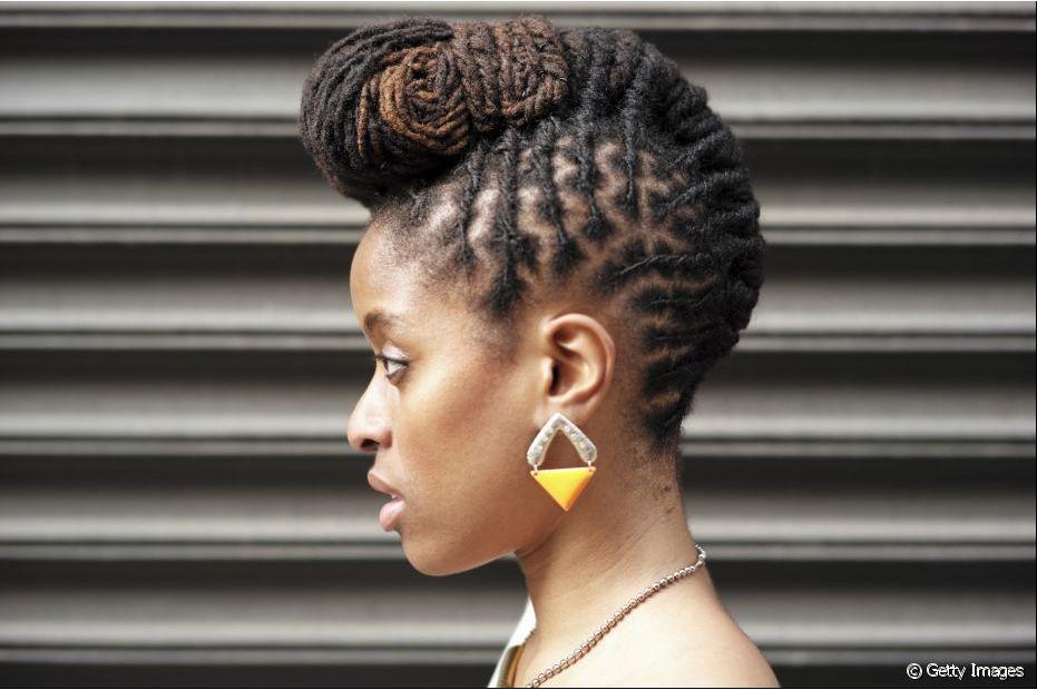 Esse penteado é uma mistura linda de tranças com coque diferente que deixa o cabelo bonito nos dias mais básicos
