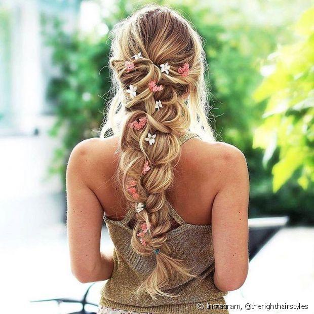 A aplicação de florzinhas dá vida ao penteado - @therighthairstyles