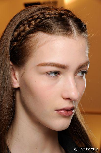 A tiara de tranças é uma opção para os cabelos com pouco volume também