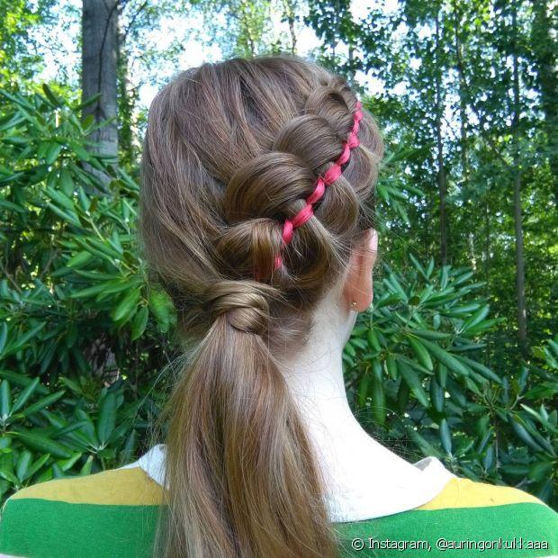 O rabo de cavalo é um daqueles penteados simples, mas que com alguns truques podemos adaptá-lo, como essa trança superestilosa feita de um lado do cabelo