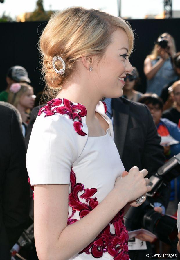Emma Stone prendeu o coque lateral com uma presilha muito fofa