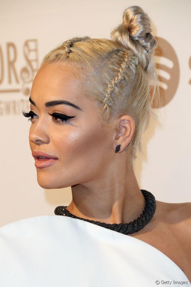 Rita Ora apostou em um coque super exótico com tranças na raiz