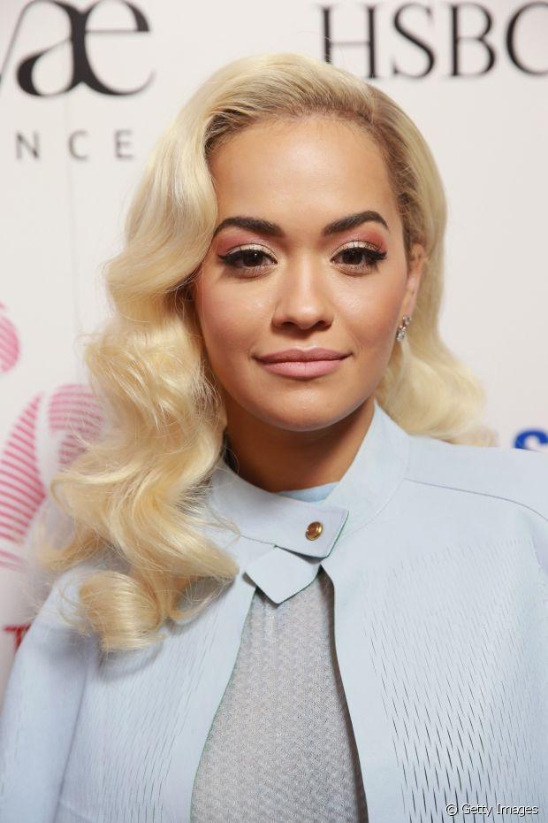 Rita Ora criou um look super retrô ao ondular o comprimento dos fios
