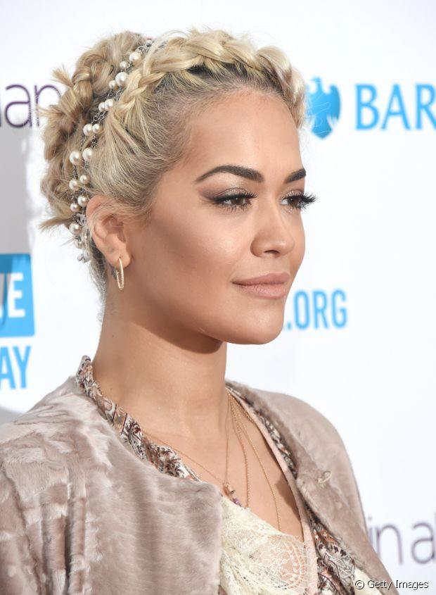 Rita Ora investiu em um penteado com diversos coquinhos pequenos, uma trança de arco e arrematou com uma tiara de pérolas