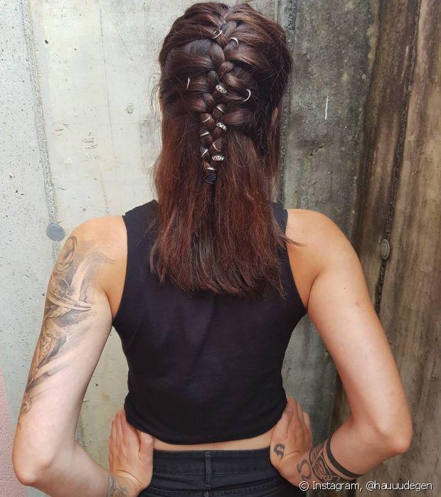 A trança embutida com o penteado semipreso ficou ainda mais estilosa com os anéis de cabelo (hair rings) - @hauuudegen
