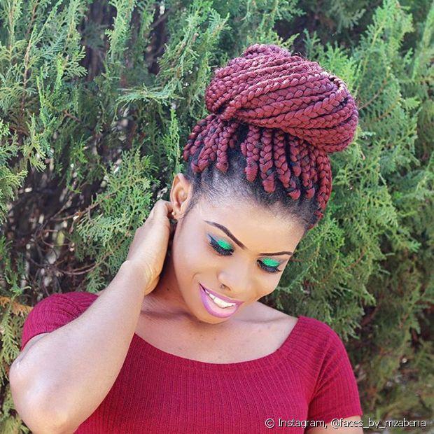 O coque alto e volumoso nas box braids é ótimo para um evento mais chique - @faces_by_mzabena