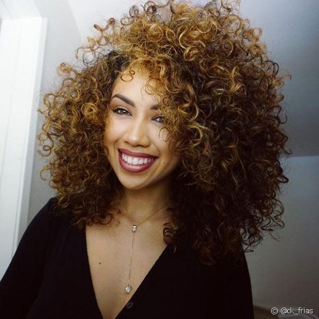 Enquanto algumas cacheadas buscam diversas formas de reduzir o volume dos cabelos, outras são verdadeiras fãs do black power poderoso