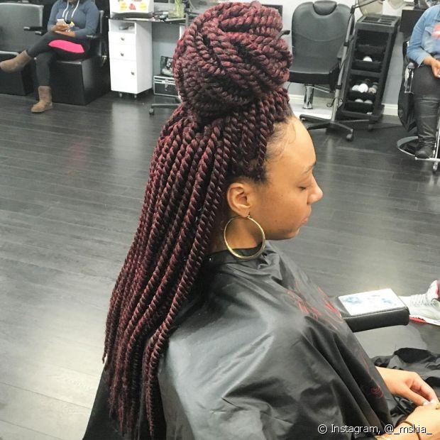 O volume das tranças box braids deixa o half bun muito estiloso