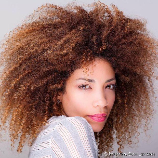Lavar os cabelos de forma correta é o primeiro passo para manter os fios sempre saudáveis. Fique atenta à temperatura da água!