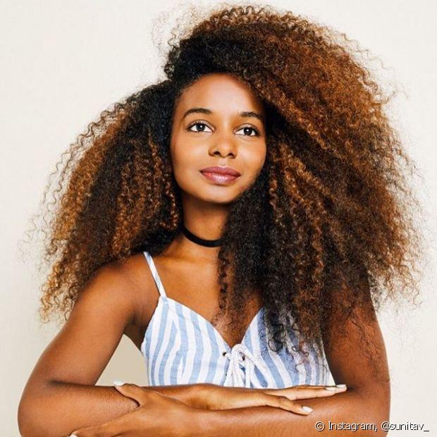 Nos cabelos longos, por causa do comprimento, a oleosidade natural da raiz não consegue chegar até as pontas, deixando-as mais ressecadas
