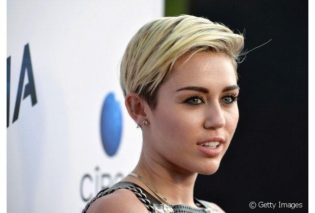 A cantora Miley Cyrus, deu adeus ao seu longo cabelo da época da adolescência em 2012 e o mantém curto e platinado até os dias de hoje