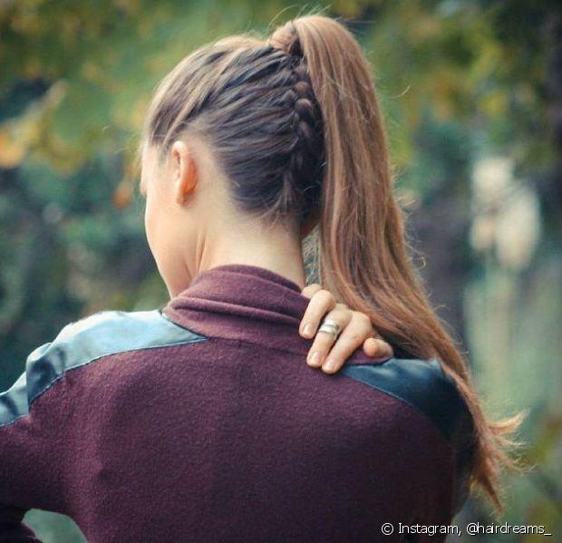 Os elásticos de tecidos são sempre os mais indicados para prender o cabelo, pois eles não causam tanto atrito