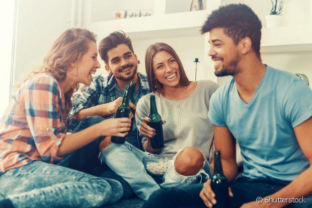 """Para você que curte uns """"bons drinks"""", vale muito mais a pena reunir a galera em casa para um """"esquenta"""" antes das festinhas. Essa dica vale também para os dias da folia!"""
