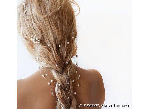 O penteado com tranças tem tudo a ver com o clima amoroso da ocasião e romantiza ainda mais o seu look de noiva