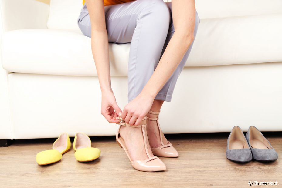 Quanto aos sapatos, é mais fácil guardá-los de qualquer jeito e, no máximo, passar um paninho úmido. Pode parando por aí! Os sapatos precisam de cuidados especiais e cada material tem um jeito de se limpar
