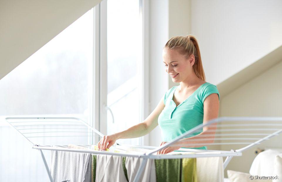 Os cuidados de lavanderia também valem para quando for estender as roupas. Apesar de práticos, os pregadores não são a melhor opção, pois marcam muito as peças. Já os cabides podem te ajudar!