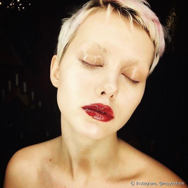 'O mesmo gloss que dá o efeito molhado aos lábios também funciona nas pálpebras e têmporas, o resultado é lindo!', explicou a consultora de estilo Aline Massa
