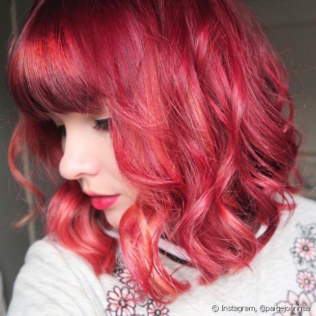 Quem tem cabelos claros deve ficar atenta ao tempo de pausa da coloração. Isso porque os fios mais clarinhos absorvem a cor com muito mais facilidade do que os escuros