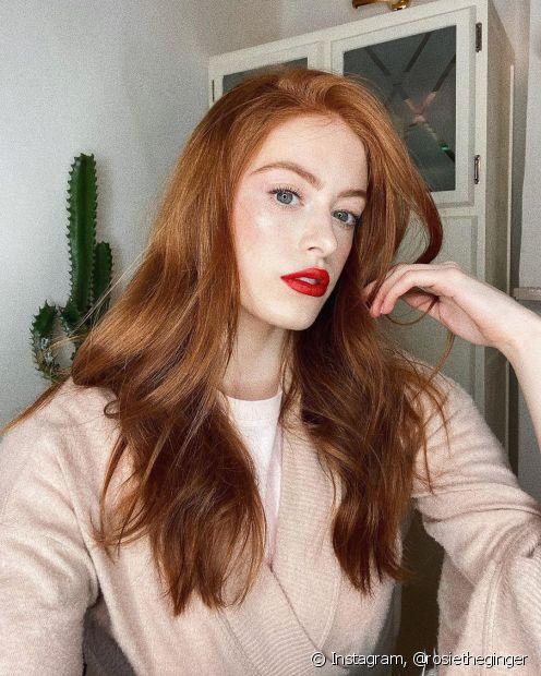 Os cabelos lisos ficam mais alinhados e sem frizz com a hidratação de gelatina (Foto: Instagram @rosietheginger)