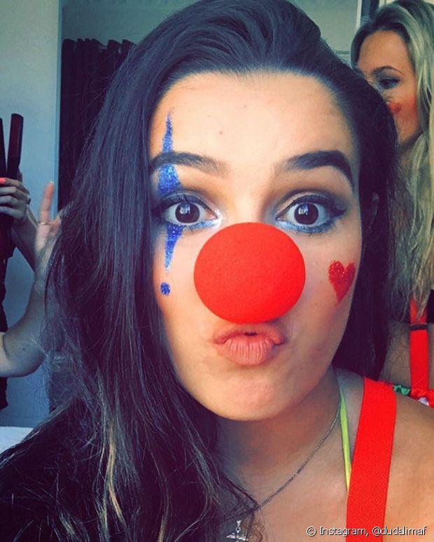 Maquiagem, nariz de palhaço e roupas coloridas: a fantasia está prontinha