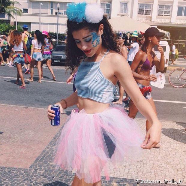 A saia de tule colorida combina muito com o Carnaval e te deixa mais à vontade para pular nos blocos