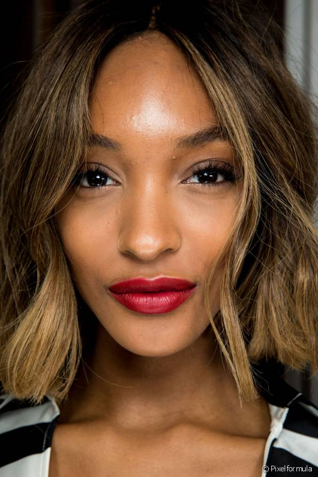 A cauterização ajuda a recuperar cabelos ressecados ou quebradiços por conta dos alisamentos e colorações