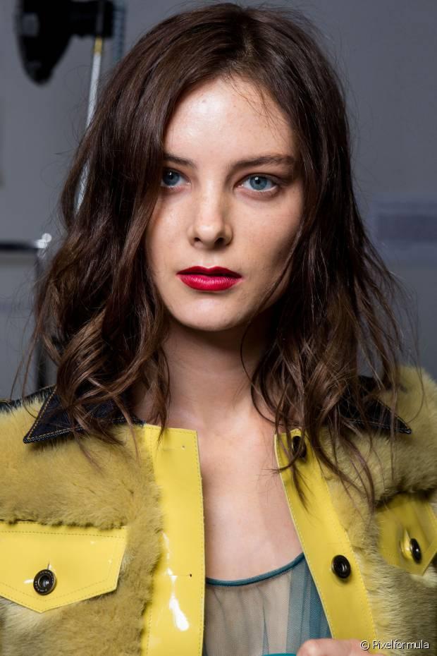 Ter cabelos volumosos e bem definidos é o sonho de muitas mulheres que sofrem com os fios finos