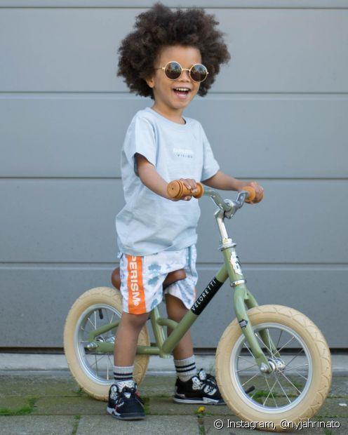Se o seu filho tem cabelo crespo ou cacheado, valorize a textura natural dos fios com o black power ou um corte em camadas