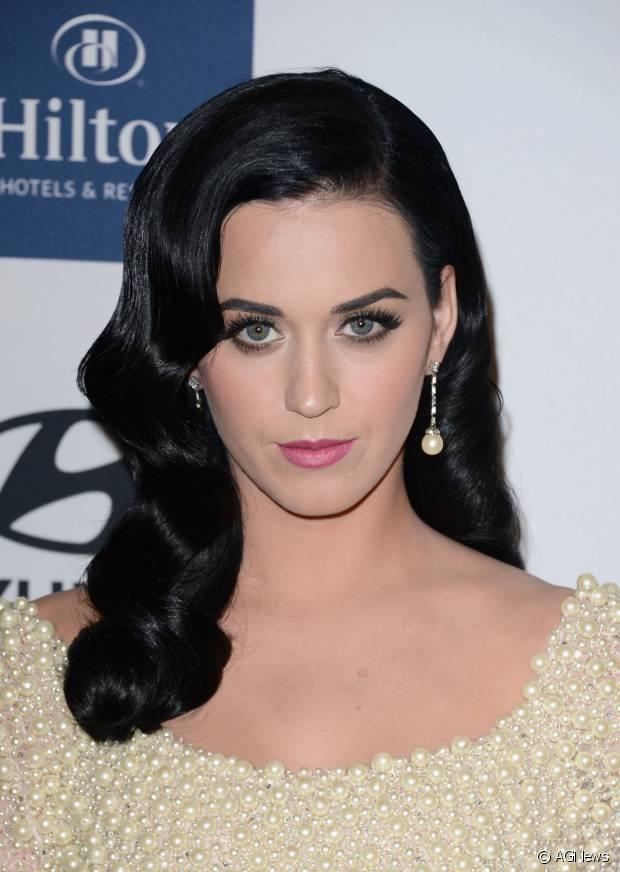 Katy Perry não esconde sua preferência por cabelos pretos azulados