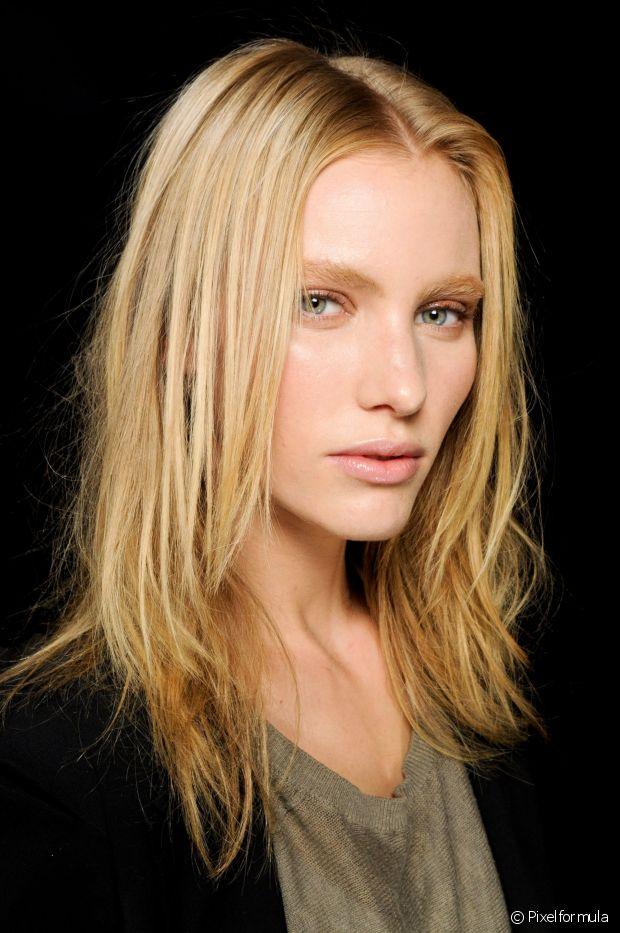Se você tiver cabelo colorido, invista na cauterização capilar para evitar o ressecamento nos cabelos médios