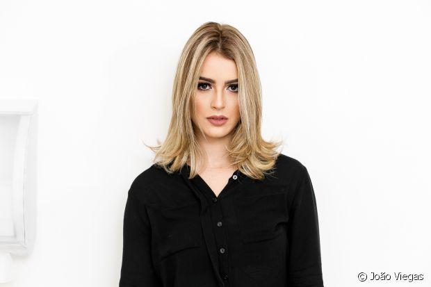 A blogueira Mariana Saad cuida de seu cabelo loiro com o corte médio com Niely Gold Nutrição Poderosa para evitar o ressecamento e as pontas duplas