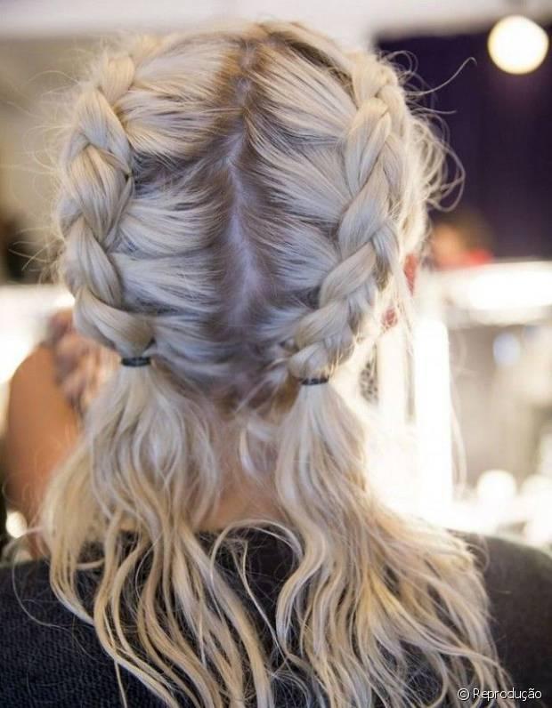 O penteado pode até parecer muito elaborado, porém, não é nada a mais do que duas tranças do tipo embutida, feitas na lateral do cabelo
