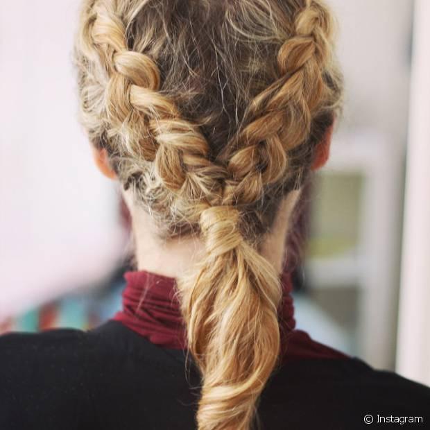 Entre as opções mais arrumadinhas e que você pode usar em uma festa chique ou casamento, dá para prender o cabelo em um rabo de cavalo baixo quando o trançado chegar até à nuca