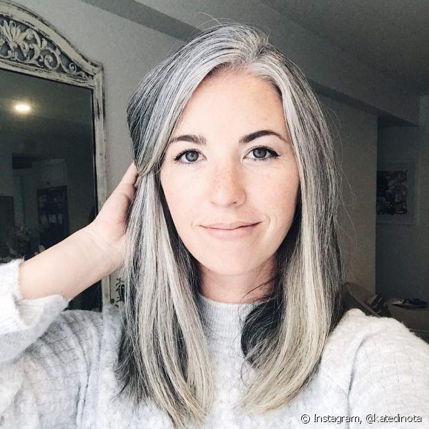 Os cabelos brancos precisam de cuidados específicos para suprir sua necessidade extra de hidratação e nutrição (Foto: Instagram @katedinota)
