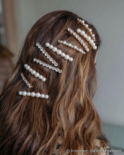 Para entrar nessa tendência a dica é usar mais de um grampo no penteado (Foto: Instagram @allenthomaswood)