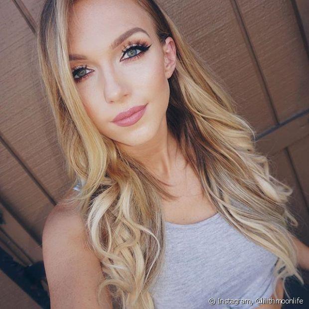 Os cabelos loiros precisam de cuidados especiais para evitar o amarelamento