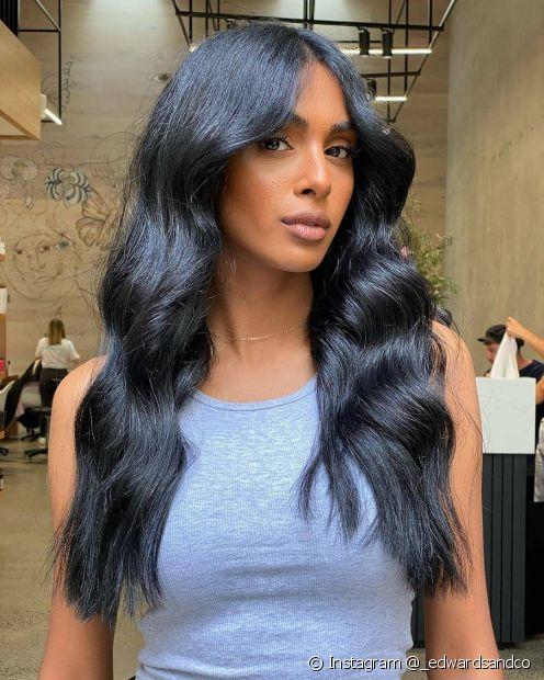 Banho de brilho ou banho de petróleo: saiba qual é a melhor opção para o cabelo preto azulado (Instagram @_edwardsandco)