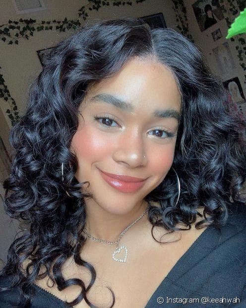 Tanto o banho de brilho quanto o banho de petróleo são tratamentos que devolvem o brilho e saúde dp cabelo preto azulado (Instagram @keeahwah)