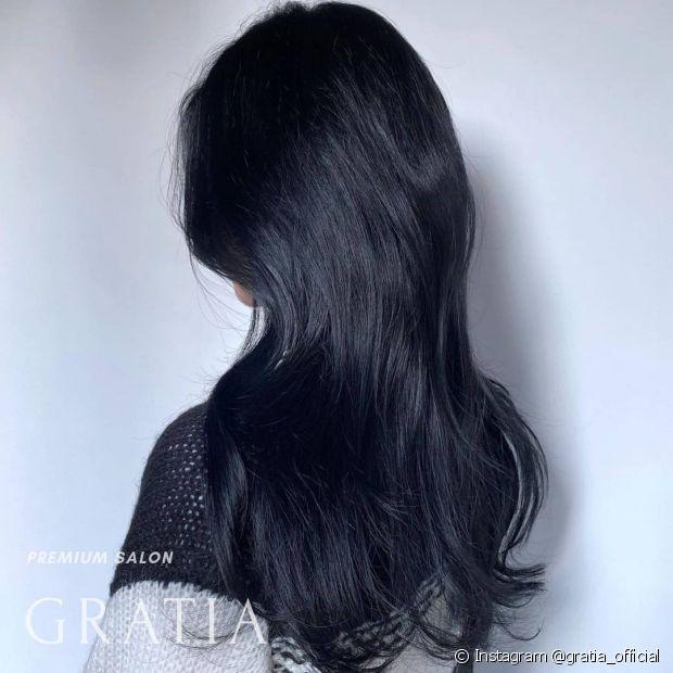 Banho de brilho vai revitalizar o cabelo preto azulado (Instagram @gratia_official)