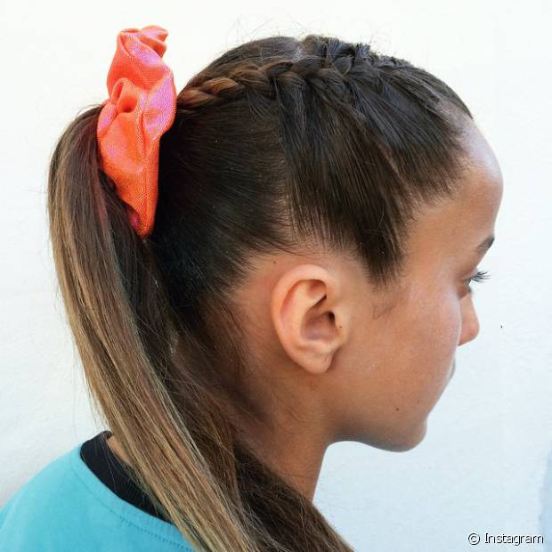 Tranças finas podem ser incrementadas na lateral da cabeça antes de prender os fios, no comprimento do rabo de cavalo e até mesmo envolvendo e escondendo o elástico. Todas as opções são superestilosas!