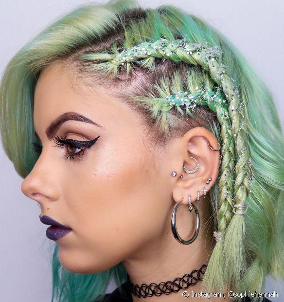 Penteados com trança lateral sempre são uma ótima opção (Foto Instagram: @sophiehannah)