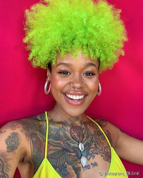 E quem disse que mulheres negras não poderiam ter o cabelo fantasia? Seja verde neon ou blorange: o colorido combina com todas as tonalidades de pele negra (Foto: Instagram, @k6mil)