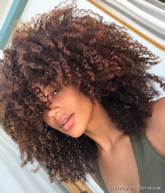 O cabelo castanho traz ainda mais elegância às mulheres negras (foto: Instagram, @amaka.ae)