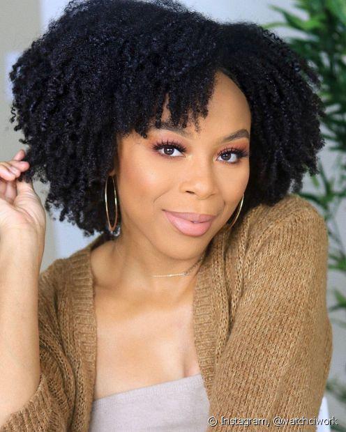 O cabelo preto azulado pode ser uma inpiração para as mulheres negras que não querem mudar drasticamente o visual (Foto: Instagram, @watchciwork)