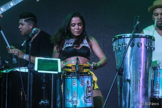 Anitta se arrisca na percussão no ensaio do Bloco das Poderosas