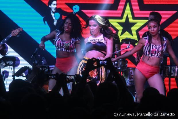 Anitta cantou seus maiores sucessos no show do 'Bloco das Poderosas', no clube Monte Líbano, no Rio de Janeiro