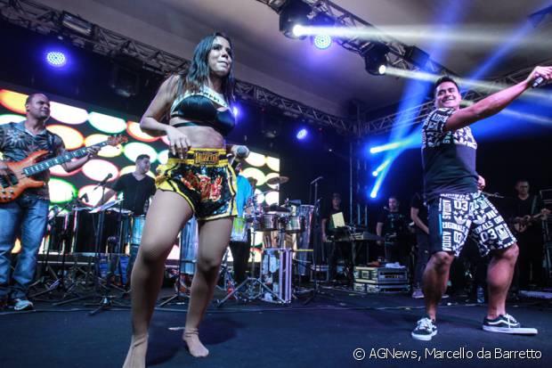 Anitta recebeu Xandy, do grupo Harmonia do Samba, para dar uma palinha no show do 'Bloco das Poderosas', no clube Monte Líbano, no Rio de Janeiro