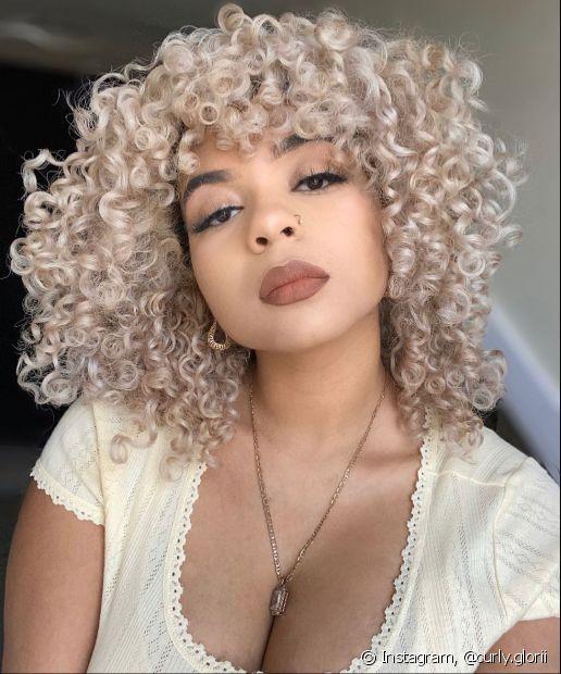 Invista na nutrição capilar com óleos para manter o brilho do cabelo cacheado platinado (Foto: Instagram @curly.glorii)