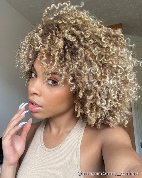 O cabelo cacheado platinado ilumina o visual (Foto: Instagram @mary__domingos)