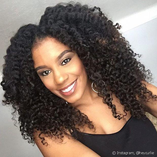 """""""Muitas mulheres ainda acham que o corte reto é o melhor, mas este deixa um excesso de volume no perímetro. O em camadas suaves é o mais indicado, pois deixa o formato do rosto mais ovalado, define os cachos e retira o volume"""", explicou a cabeleireira Andrea Gomes"""